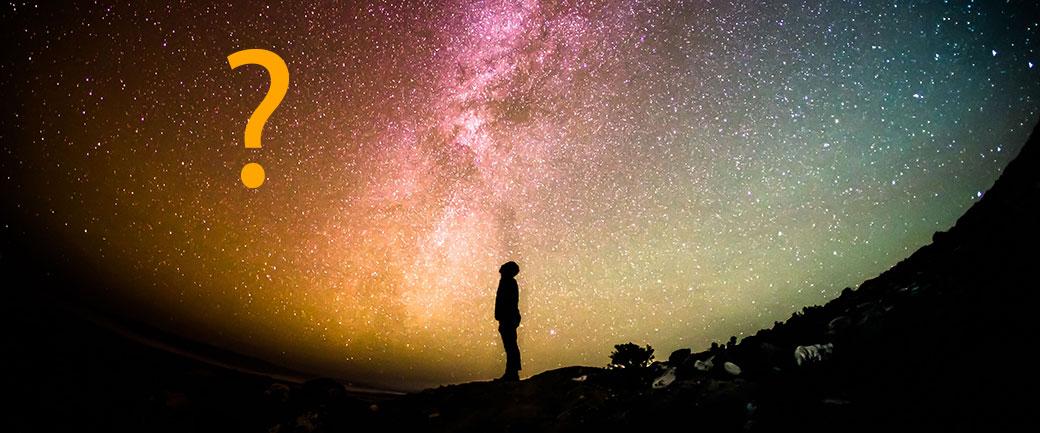 Symbolbild: Foto eines Mannen vor Nachthimmel mit eingezeichnetem Fragezeichen